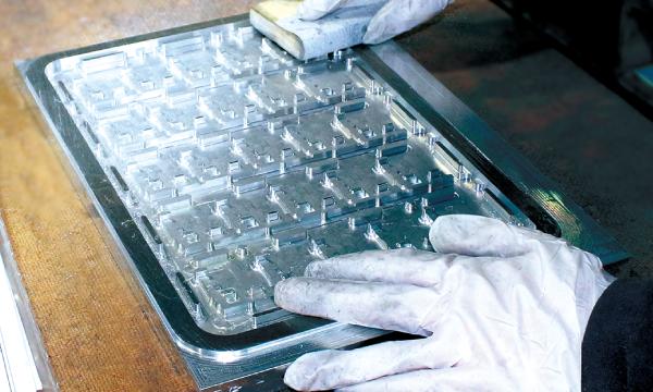 より美しく高精度に、研磨は金型製作の最終工程