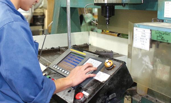 型板への取り付けは正確な作業ができる専用機で