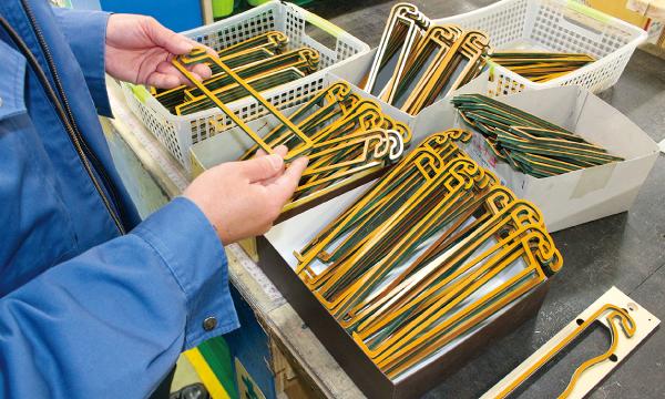 シーラー型は手作業工程が多く、細心の注意とチェックが必要